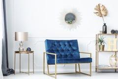 Blå och guld- vardagsrum arkivbild