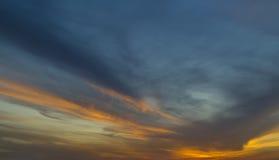 Blå och ljus orange himmel för mörker - Royaltyfri Fotografi