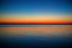 Blå och orange gradering av solnedgången på sjön Kasumigaura Royaltyfri Fotografi