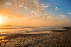 Blå och orange solnedgång vid stranden Arkivfoto