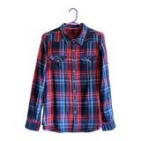 Blå och röd rutig skjorta på hängare Vit bakgrund isolate royaltyfri fotografi