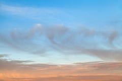 Blå och rosa himmel på skymning Royaltyfri Fotografi