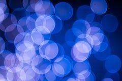 Blå och rosa julgranbokeh på svart bakgrund av defocused blänka ljus, begrepp för julbakgrundsmodell royaltyfri bild
