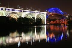 Blå och vit bro Royaltyfri Bild