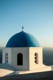 Blå och vit kupol av kyrkan i Santorini Arkivbild