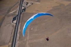 Blå och vit paraglider Royaltyfria Bilder