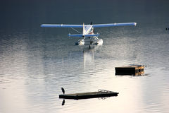 Blå och vit sjöflygplan Arkivfoto