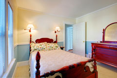 Blå och vit sovruminre med hög pol sniden wood säng Arkivfoton