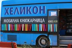 Blå offentligt bibliotekbuss Arkivbild