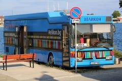 Blå offentligt bibliotekbuss Fotografering för Bildbyråer