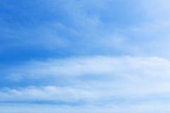 blå oklarhetsskywhite Arkivbild