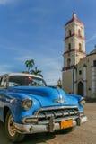 Blå oldtimer som parkeras i den centrala fyrkanten i Remedios Arkivbild