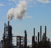 blå oljeraffinaderisky Arkivbild
