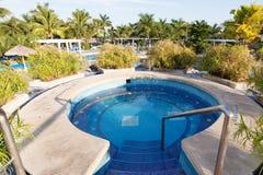 Blå pöl av ett hotell i Costa Rica med palmträd Arkivbild