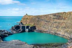 Blå pöl på Abereiddy Royaltyfria Bilder