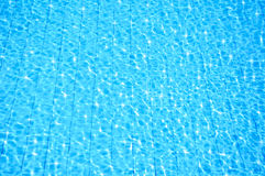 blå pölreflexionssimning Arkivfoto
