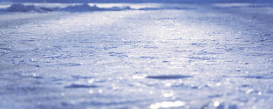 Blå panorama- isyttersida som täckas med snö med den selektiva fokusen som vinterbakgrund under jul, semestrar Arkivfoton