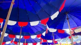 Blå paraplystrand Arkivbilder