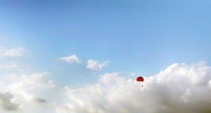 blå parasailingsky Royaltyfria Bilder