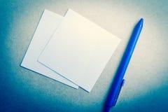 Blå penna i blå signal royaltyfri foto