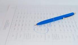 Blå penna som ligger på pappers- dokument Royaltyfri Foto