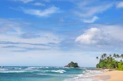 blå pittoresk sky för strand Kustlinje av Sri Lanka Royaltyfria Bilder