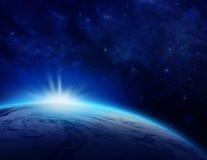Blå planetjord, soluppgång över det molniga havet av världen i utrymme Arkivfoton