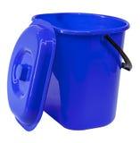 Blå plast- hink med ett lock Arkivfoton