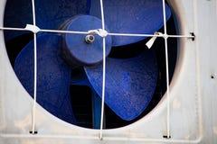 Blå plast- industriell avgasrörfan arkivbilder