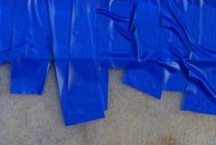 Blå plast- randig textur av det elektriska bandet på grå plast- fotografering för bildbyråer