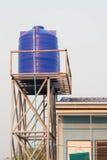 Blå plast- vattenbehållare på tornet Fotografering för Bildbyråer