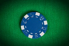 Blå pokerchip för makro på den gröna tabellen Royaltyfria Foton