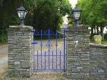 Blå port på den Waymarked rutten Irland Arkivbilder