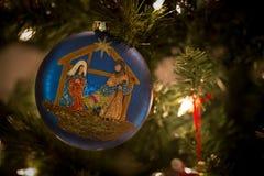 Blå prydnad med Kristi födelsen Royaltyfria Bilder