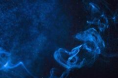 Blå rök och sprej av vatten på en svart bakgrund Abstrakt Sp Royaltyfria Bilder