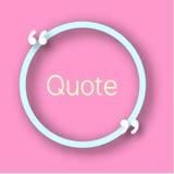 Blå ram för cirkelformpapper med komman för din text Citera bubblan i realistisk stil på ljus rosa bakgrund Designtemplat Royaltyfri Fotografi