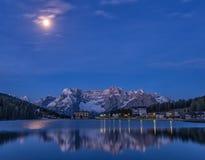 Blå reflexion av sjön Misurina Royaltyfria Bilder