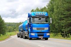 Blå Renault Premium 460 behållarelastbil på sommarvägen Arkivbild