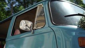 Blå retro buss arkivfilmer
