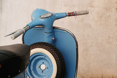Blå retro sparkcykel royaltyfri bild
