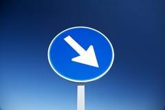 blå riktningshöger sidasignalering arkivfoto