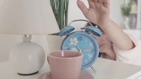 Blå ringklocka som ringer i morgonen Gullig sömnig kvinna som av vänder ringklockan Morgontiden börja av stock video