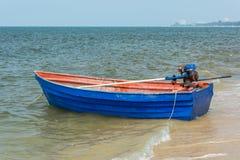 Blå roddbåt på stranden Arkivbild
