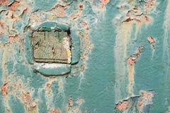 Blå rostmetallplatta med det fyrkantiga wood stycket Royaltyfria Bilder