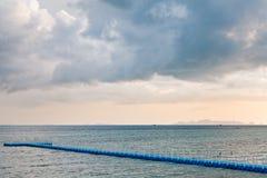 Blå rotomolding eller plast- brygga i den regniga säsongen, ko Samui, Thailand Arkivfoton