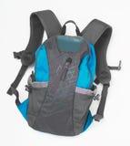 Blå ryggsäck för att fotvandra i berg som isoleras på vit bakgrund Royaltyfri Fotografi