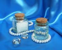 blå sammansättning pryder med pärlor silk brunnsortwhite Royaltyfria Foton