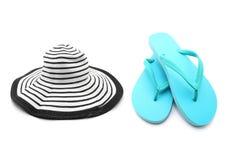 Blå sandaler och strandhatt Arkivbild