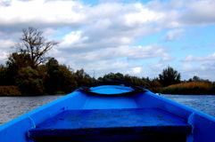 Blå segelbåt Arkivbilder