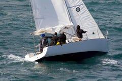 blå seglinghavsyacht Arkivbild